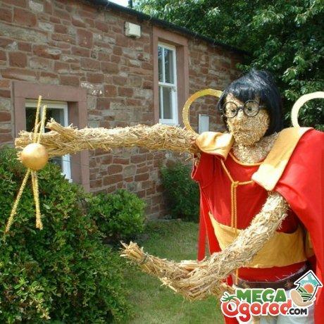 Сказочный персонаж в роли огородного пугала